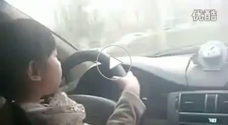 طفلة 4 سنوات تقود سيارة بشارع سريع